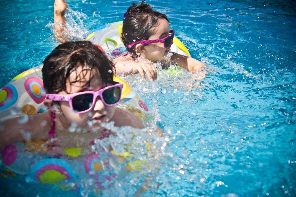 Los niños también deben usar anteojos de sol