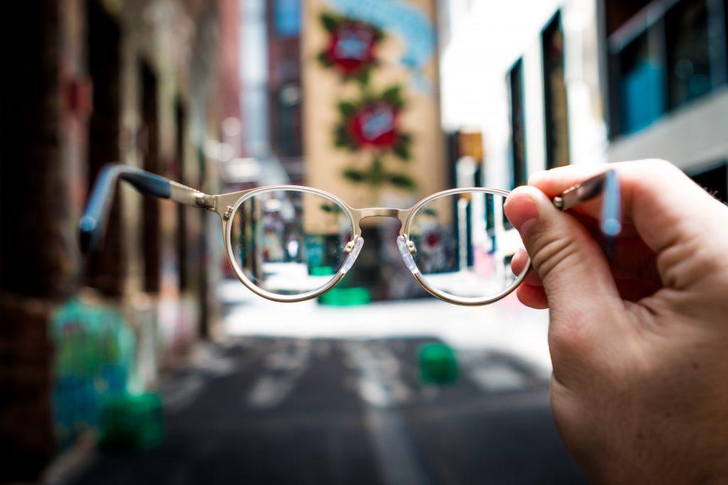 Cuáles son los peligros de elegir anteojos de sol sin la protección adecuada