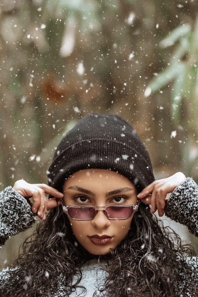 Por qué los anteojos de sol son tan importantes en invierno